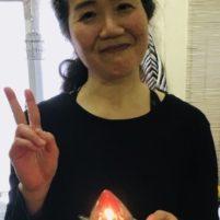 高齢の両親の介護をしており、加齢による両親の身体の衰えを目の当たりにし、予てから身体作りをしたいと思っていました。応援しているYouTuberさんの動画でクロスフィットが効果的と知り、2017年10月(当時57歳)にクロスフィット京都に飛び込みました。 しかし、自身が初老の女性であることやずっと運動が苦手だったこともあり、最初は続けられるかどうか不安でした。 初めて200mを走った日のことは忘れられません。入会した翌月の2017年11月でした。私にはとてもきつかったです。本当に苦しくて、一瞬ですが、もう止めようかと思いました(笑)。でも止めなくて良かったです。2018年10月には800mを完走し、2019年6月のWODで1kmを走りました。 他の運動も少しずつですが、できるようになってきています。クラスに参加するだけで特別な努力をしなくても、できなかったことができるようになっているのがとても不思議です。 小さな成功を積み重ねることで自信が持てるようになりました。また、体重が3kg減り、姿勢が良くなり、バストとヒップが少しアップしました。 入会当初は月8回で通っていましたが、2018年7月から月12回に増やしました。 また、ワークアウトを通して国籍を問わず沢山の方と知り合うことができます。より親しくなった方もいて、楽しくワークアウトをしています。 今ではクロスフィット京都にすっかりはまっています。ラッセルコーチやエラさんの人柄の良さも魅力の一つだと思います。 身体が許す限り、クロスフィットを続けていきたいと思っています。 京都市在住 59歳 エイコ